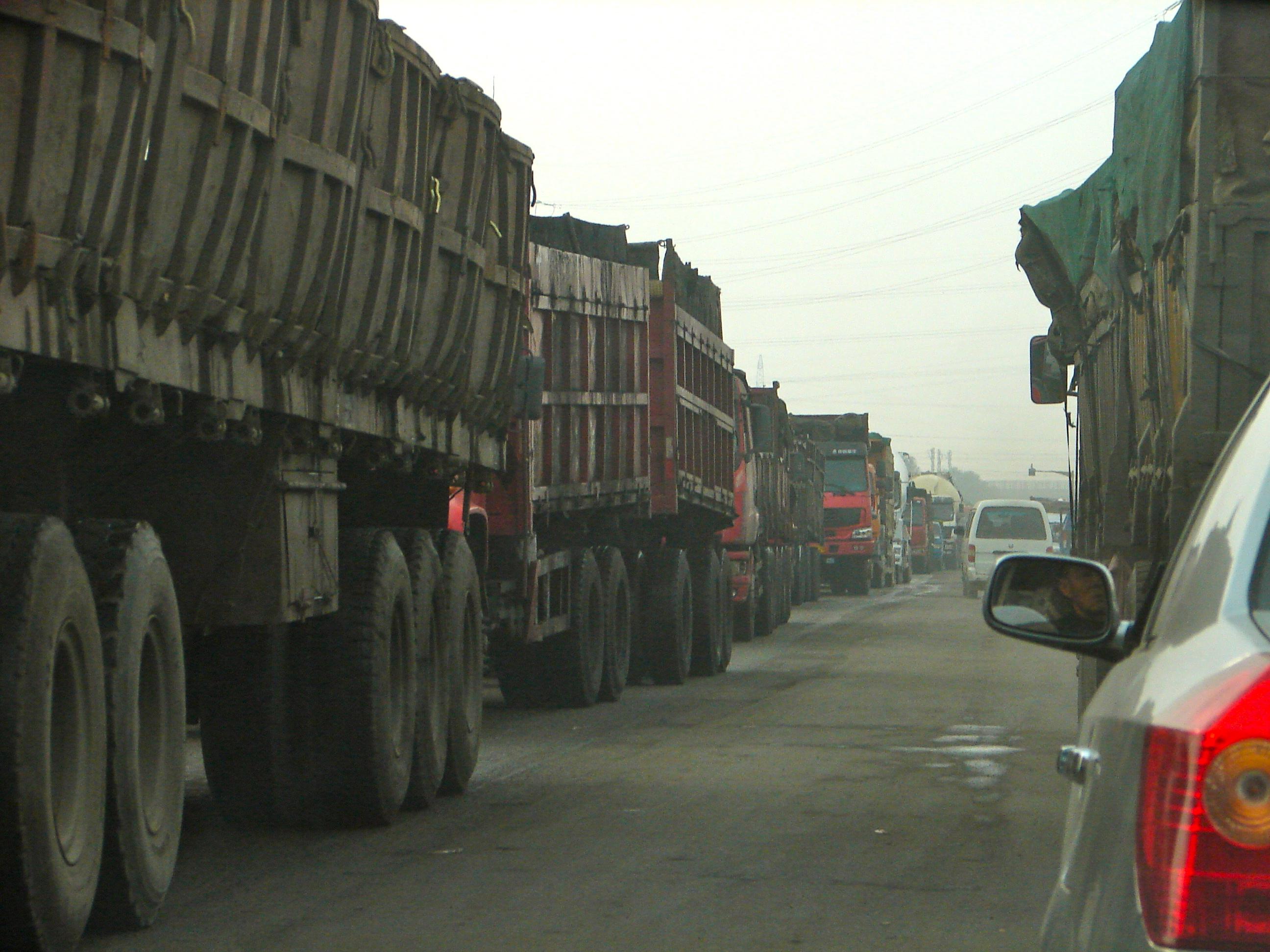 Une file de camions sans fin changés de charbon