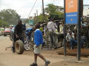 Atelier de réparation de vélos au centre-ville de Nairobi