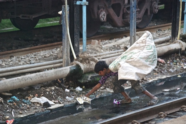 Photo Marie-Josée Bergeron à la gare de Varanasi en Inde, le 18 février 2014 Je n'arrive pas à éditer le texte ci-dessus, qui devait se lire comme suit: L'inde connaît une croissance démographique d'environ 20 millions de personnes par année, alors que la Chine est en voie de stabiliser sa population, mais cela à environ un milliard et demi de personnes (contre environ 500 millions il y a un demi siècle). Les défis pour les deux pays restent énormes, alors qu'ils n'ont pas les ressources nécessaires sur leurs territoires respectifs pour assurer un bien-être minimal à leurs populations. Pour une analyse en profondeur de ces enjeux, voir The Security Demographic: Population and Civil Conflict after the Cold War, par Richard P. Cincotta, Robert Engelman and Daniele Anastasion (Population Action International, 2003). Le document n'est plus disponible en ligne, et je l'ai donc rendu disponible sur mon site, à http://www.harveymead.org/wp-content/uploads/2013/06/Security-Demographic-2003.pdf.