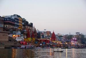 Célébration religieuse sur un ghat au bord du Gange, à Varanasi