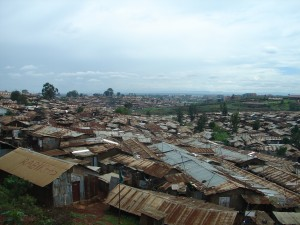 Photo Harvey Mead  Dans le bidonville Kibera de Nairobi, où vivent environ un million de personnes, la vue des châteaux des riches est omniprésente, comme un peu partout dans le Sud.