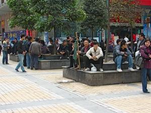 Travailleurs journaliers en attente de travail sur un coin de la ville de Chongqing