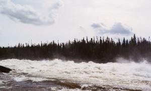 L'expédition a été organisée par un groupe de Jamésiens et de Cris. Nous étions des Cris, une Inuite, des Jamésiens et des Blancs du Sud, dans sept ou huit canots et plusieurs kayaks pour descendre la Rupert pendant 10 jours, pour aboutir à Waskaganish à son entrée dans la Baie James. Nous sommes parti un groupe surtout de blancs; le lendemain matin, deux canots ont descendu le rapide en face de notre campement pour se diriger vers nous. Ils étaient trois Cris et l'Inuite; en arrivant à notre campement, le plus vieux du groupe, Freddy Christmas, est venu directement vers moi et mon partenaire de canot, en disant «chum chum», en tout cas, le mot en Cri pour «elder». C'était le début d'une semaine où nous avons appris comment les Cris pouvaient recevoir des Blancs: des portages avec des sacs immenses (et des canots plus gros que les nôtres); des soirées où ils nous racontaient leurs culture et nous servaient castor, oie et poisson; une explication du comportement de l'esturgeon, que Freddy connaissait de longue date, mais qu'il a refait pour un rapport formel pour Hydro-Québec; une pèche où les Blancs dans leurs deux canots, de bons pêcheurs, n'ont rien pris pendant que les deux canots des Cris ont pris toute une pèche; une traversée du lac Nemaska en attendant (pour la plupart) que le vent tombe à précisément 20h00 et une traversée dans le calme sous une pleine lune; un déjeuner à Old Nemaska qui représentait le moment fort de la visite, où nous étions reçus en grande pompe, les Cris sortant ce qu'ils avaient partagé pendant plusieurs jours sur les portages, dans leurs gros sacs. J'ai demandé à Freddy Christmas où il était né – dans le bois ici, il m'a répondu; je lui ai demandé où il était allé à l'école – dans le bois ici, il m'a répondu. À la fin de la semaine (trois jours de plus de portages et de canot difficile pour plusieurs qui ont continué jusqu'à Waskaganish), conférence de presse où Freddy et xxx ont expliqué pourquoi il ne fallait pas détourner les eaux d