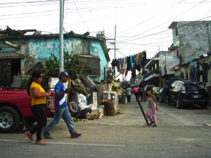 Un des grands dépotoirs à ciel ouvert de Ciudad Guatemala fournit de l'activité pour la population d'un bidonville qui s'y accote. Le recyclage en cause ne sortira quand même pas le bidonville de sa misère.