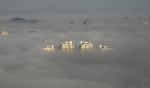 Le sommet des plus hauts édifices de la ville chinoise de Wenling émerge du smog. Selon l'OCDE, la pollution atmosphérique «devrait devenir la principale cause environnementale de décès prématurés», surtout en Asie, où plusieurs villes dépassent les normes de l'Organisation mondiale de la santé.